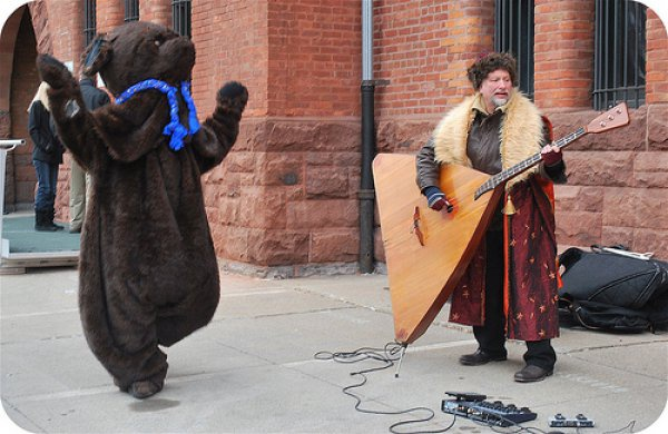 giant_guitar_and_dancing_bear-128355