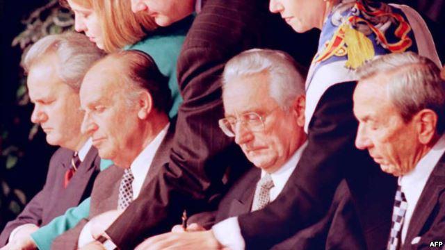 Warren Christopher, Slobodan Milošević, Alija Izetbegović i Franjo Tudjman potpisuju Dejtonski sporazum