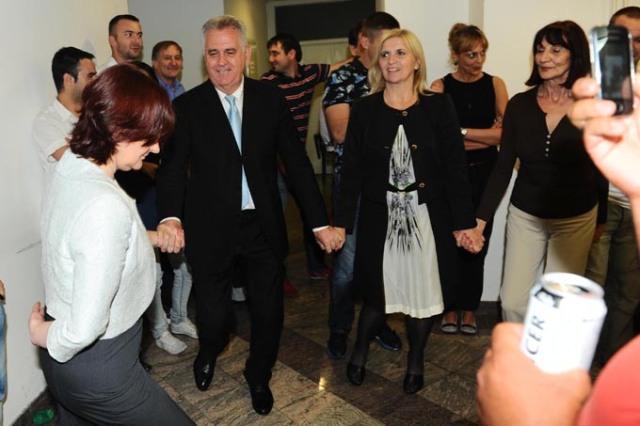 Tomislav-Nikolić-igra-kolo-nakon-proglašene-pobede-na-predsedničkim-izborima