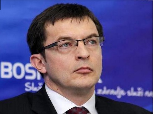 Nedžad Polić, bivši direktor farmaceutske kompanije Bosnalijek iz Sarajeva kojemu je, kako je navedeno u listi stotinu građana u Federaciji Bosne i Hercegovine (FBiH) sa najvišim ukupnim primanjima koju je Porezna uprava FBiH dostavila Parlamentu FBiH. Ispostavilo se da je su njegova primanja sasvim normalna, te da ne postoje indicije kako je ovaj lik dio  parto-klepto-kratije