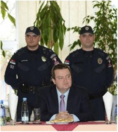 ...u poslednje vreme ne znam da li me obezbedjuju, ili me hapse...