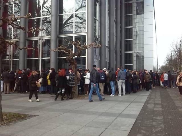 Stotine ljubitelja pozorišta od ranog jutra čeka ispred Jugoslovenskog dramskog pozorišta u Beogradu da bi kupili karte za februarske predstave po sniženim cenama