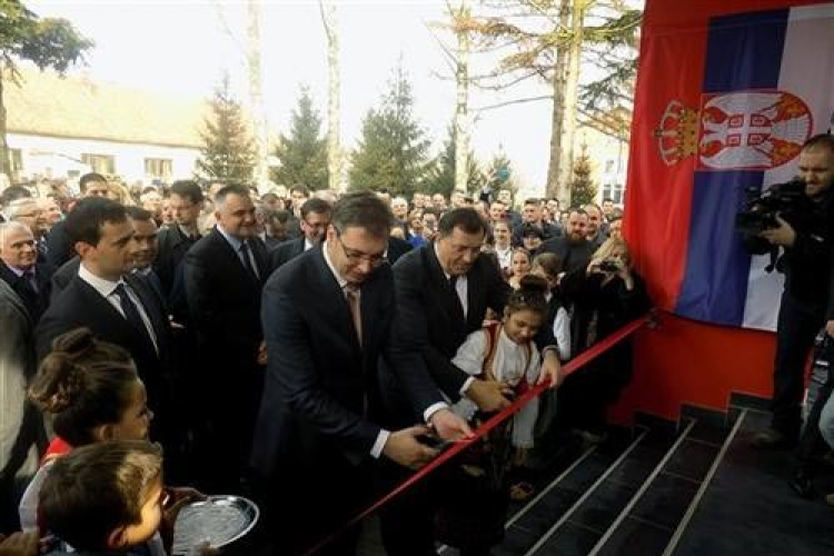 Vučić i Dodik otvorili školu Srbija u Šamcu