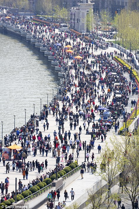 3885d3d500000578-3795187-heaving_crowds_line_the_bund_waterfront_area_in_central_shanghai-a-2_1474215231827