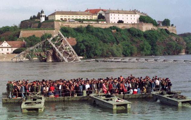 Novi Sad.1999.Agresija.Skela kraj Varadinskom mosta.Foto:Darko Dozet