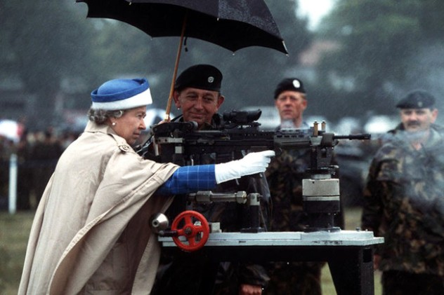 19-rare-history-photos-queen-elizabeth-ii-battle-rifle1